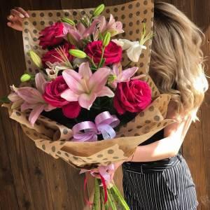 Букет красные розы и лилии с оформлением R802