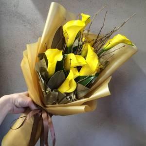 Букет 7 желтых калл с ветками R751