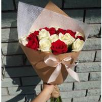 Букет 11 бело-красных роз в крафте R009