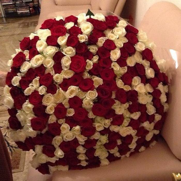Букет 301 роза красная и белая R069
