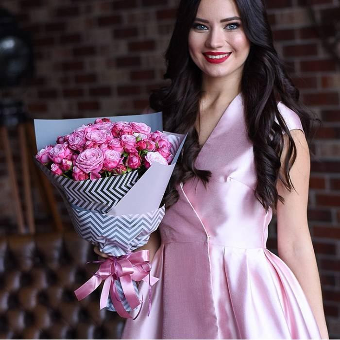 Букет 11 веток розовой пионовидной розы R052
