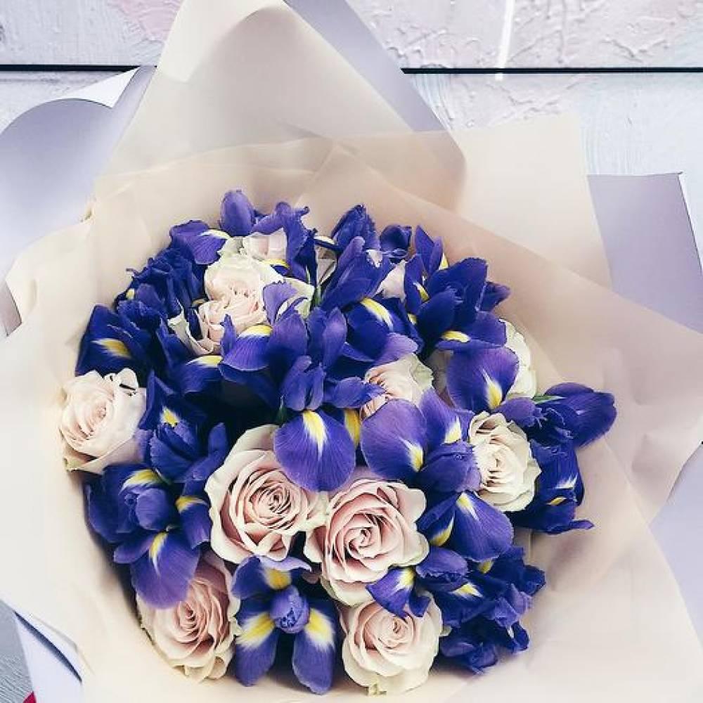 Букеты векторе, купить букет с ирисами и розами