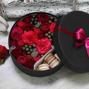 Пионовидные розы и макаронсы в коробке R1085