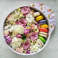 Круглая коробка с цветами и макаронсами R213