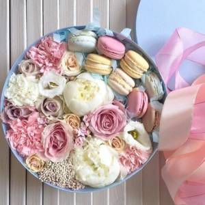Нежная коробка с цветами и макаронсами R218