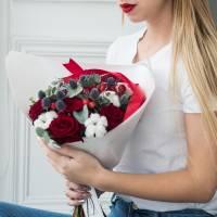 Сборный букет с красными розами в крафте R003