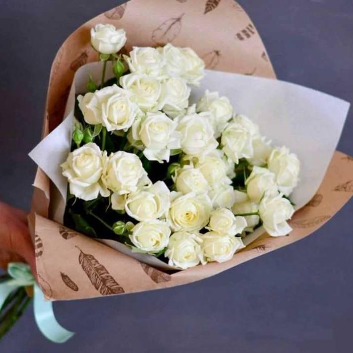 Букет 9 веток кустовой розы в крафте R012