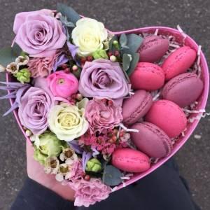 Коробка сердце с цветами и макаронсами R514