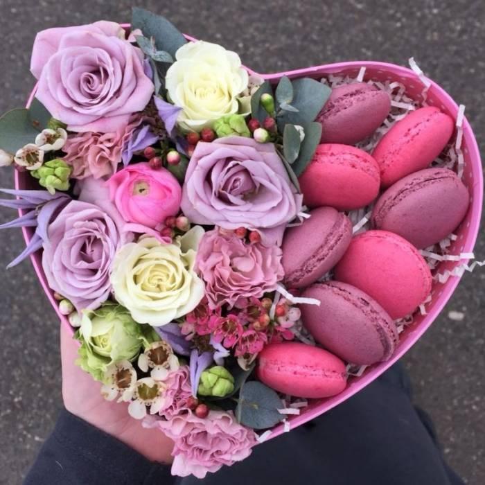 Коробка с цветами и макаронсами R016