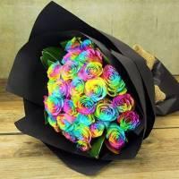 Букет 19 радужных роз в черном крафте R806