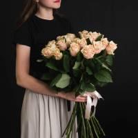 Букет 15 кремовых роз с лентами R006