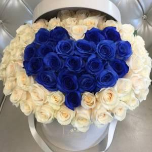 51 роза с синим сердцем в коробке R609