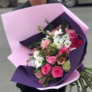 Сборный букет розовые розы и хризантема R657